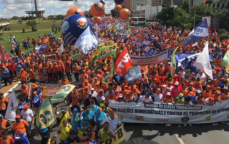 Aposentados marcham em Brasília contra as reformas do governo