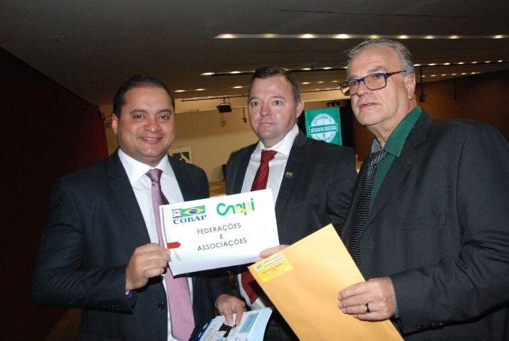 Líder do PDT recebe documento dos aposentados contra a reforma da Previdência