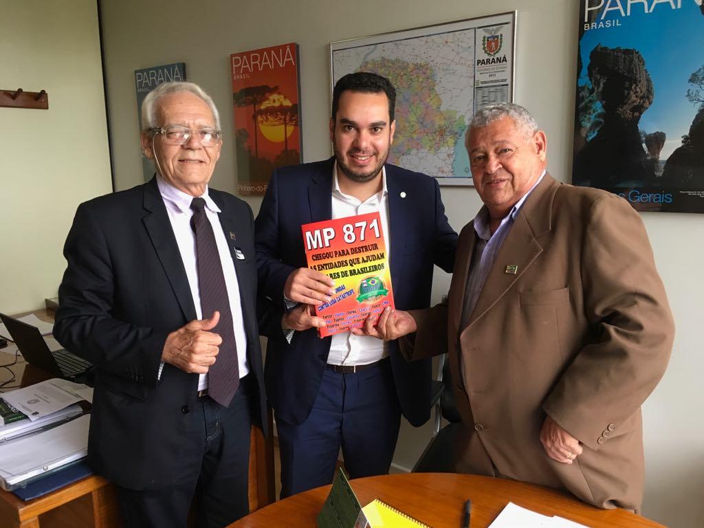 Presidente da COBAP leva cartilha à relator da MP 871